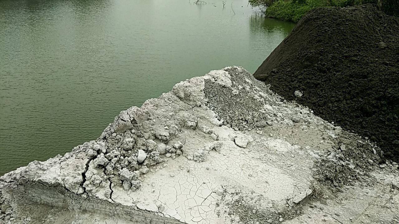 美濃區成功段砂石盜採區被回填不明土方,民眾擔心白灰物質是有毒廢棄物。圖/高雄市環...