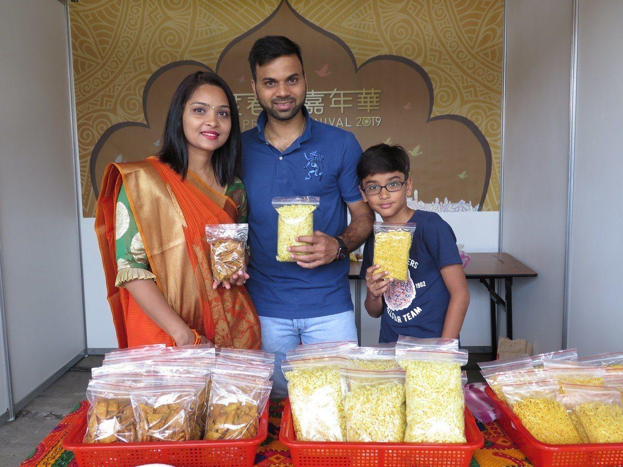 從印度來台工作的夫妻檔Ripal與Peter則販售手工的印度點心,有鹹辣的印度餅...