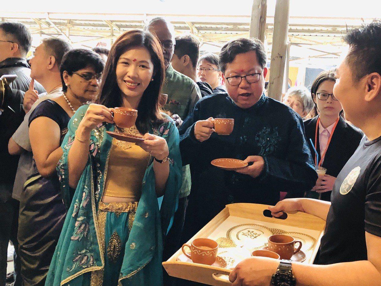 桃園市長鄭文燦與妻子林俞汝穿上印度服飾逛攤,大啖印度美食。記者張裕珍/攝影