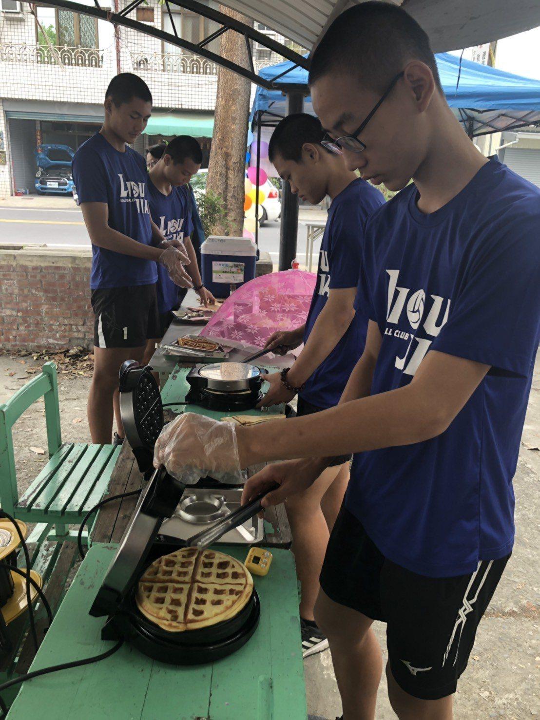 台南六甲國中學生假日就到學校烘焙做鬆餅義賣,籌措暑假出國交流費用。圖/六甲國中提...