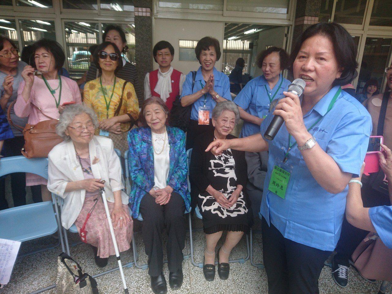 從蘭陽女中畢業50年的周玲惠等人,今天重回母校開同學會,為了這場半世紀的約會,她...