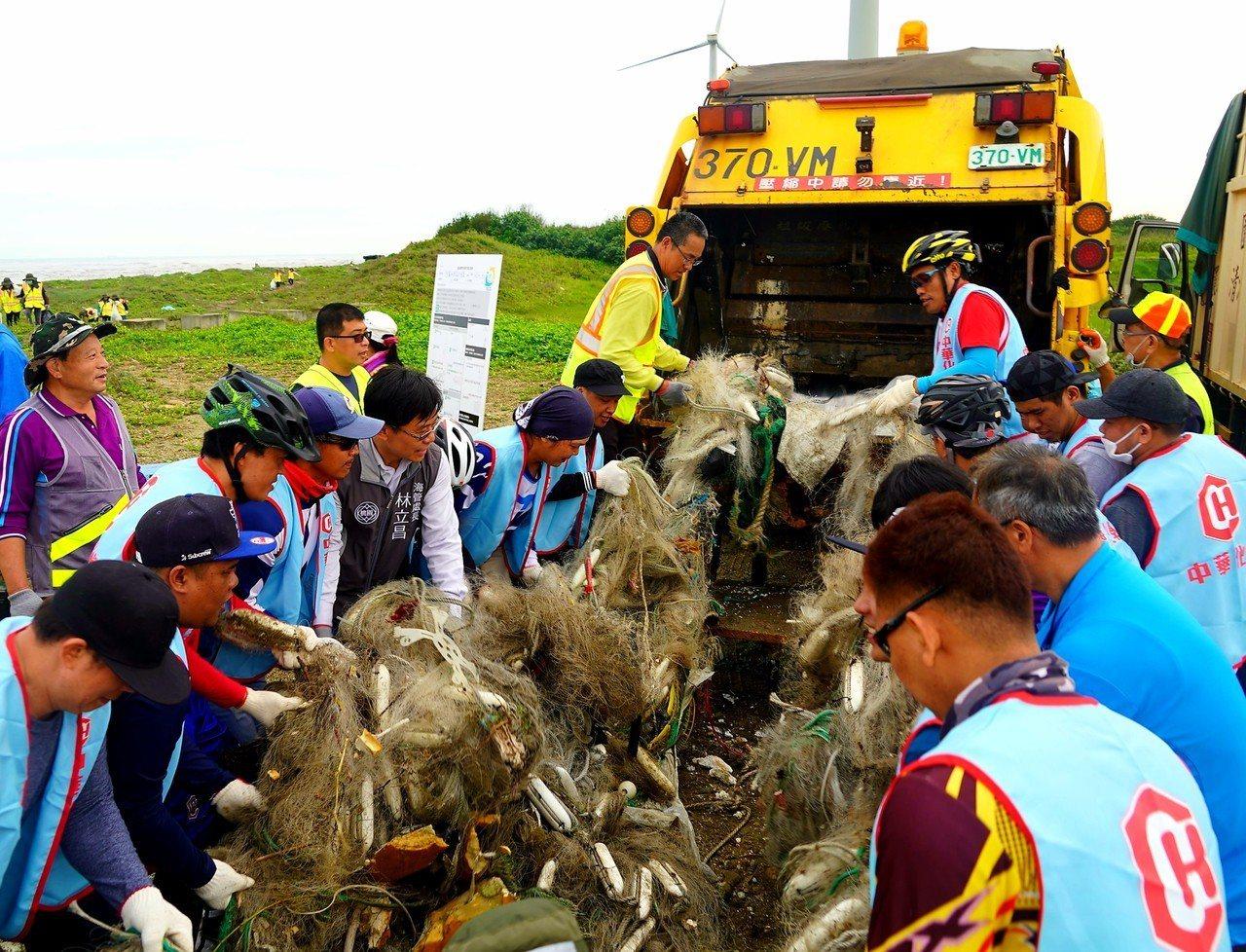 桃園市一群愛護海洋的民眾進行今年第一場淨灘(見圖)清出3123公斤海漂垃圾,寶特...