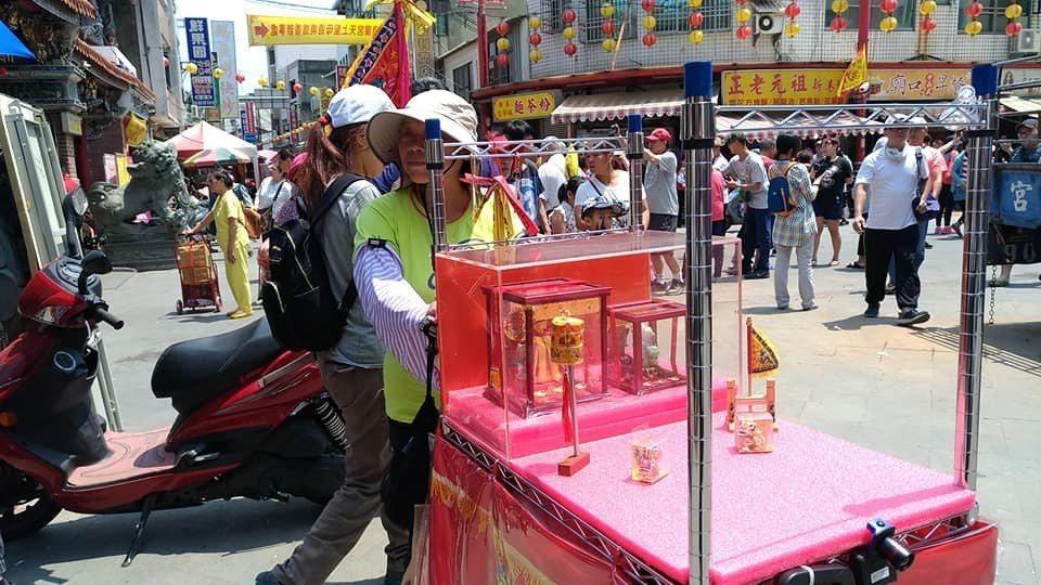 大甲媽祖遶境進香活動,有信眾自製推車一路跟隨。記者楊德宜/攝影