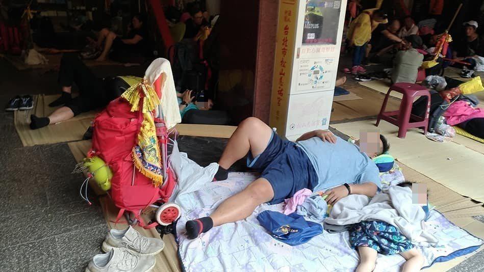 大甲媽祖遶境進香活動,相當考驗體力和意志力,不少人席地而睡補眠。記者楊德宜/攝影