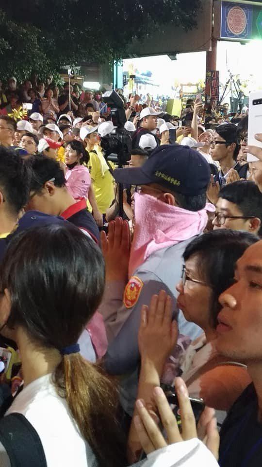 大甲媽祖遶境進香起駕時,維持現場秩序的員警也虔誠雙手合十。記者楊德宜/攝影