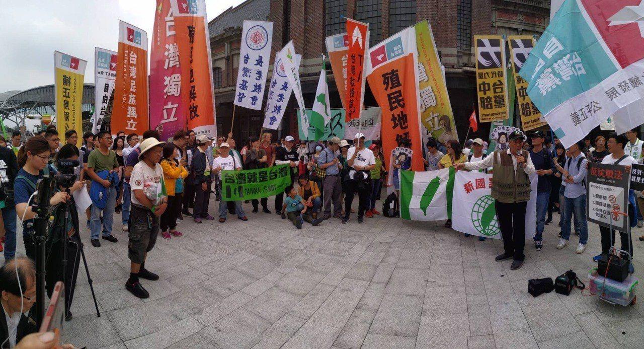 20多個公民團體發起「413護台抗中,反制統促台灣人站出來」,現場拉起「拒絕統戰...