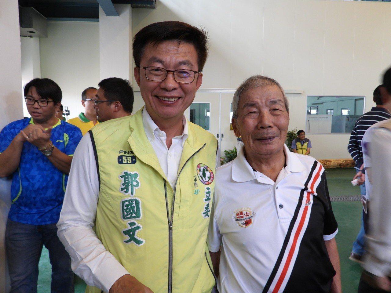 立委郭國文帶80高齡還在務農的父親郭明治跑行程。記者周宗禎/攝影
