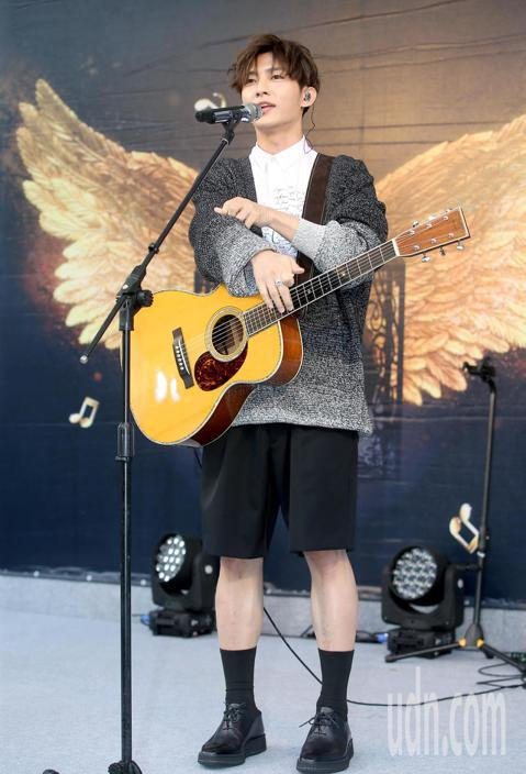 2019 hito流行音樂獎頒獎典禮將於6月2日在台北小巨蛋舉行,炎亞綸、BCW、陳芳語今天一同現身造勢活動拉票,炎亞綸入圍最受歡迎男歌手,現場演唱「親愛的怪物」拉票。