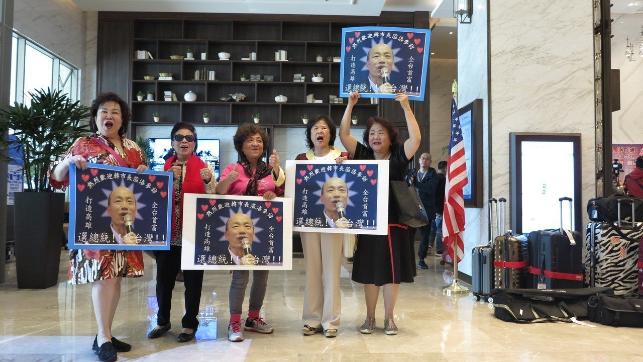 海外僑胞相當熱情,自製海報,標語迎接韓國瑜到來。記者王慧瑛/攝影