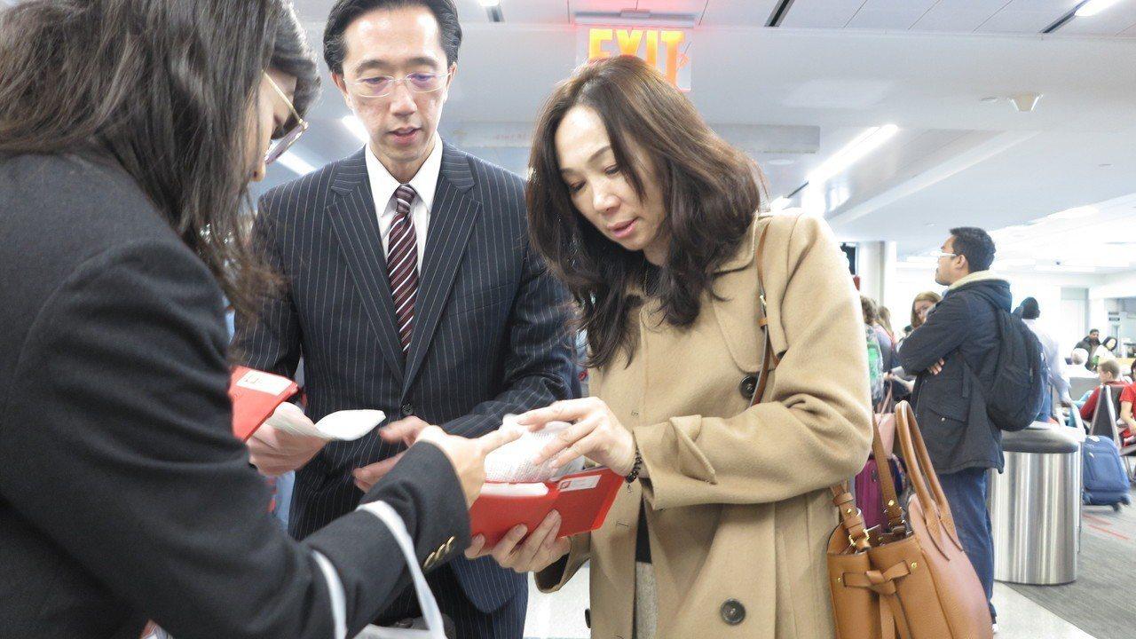 訪美行行程緊湊,韓國瑜的妻子李佳芬因時差、暈機等狀況,疲憊感寫在臉上。記者王慧瑛...