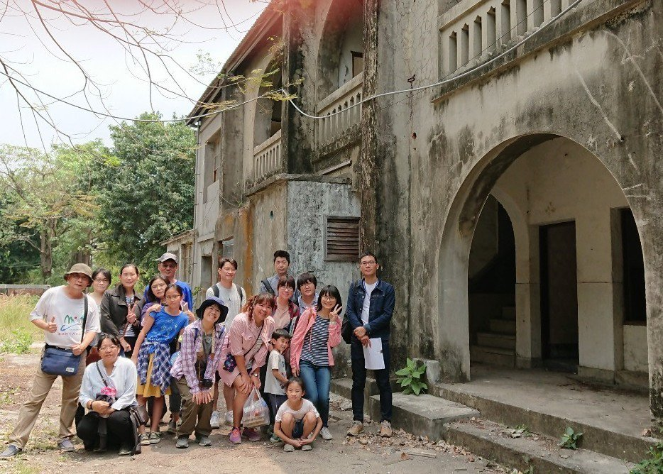 學員參觀欣欣市場旁的眷村「醒村」,這裡也是電視劇《一把青》拍攝場景。記者徐如宜/...