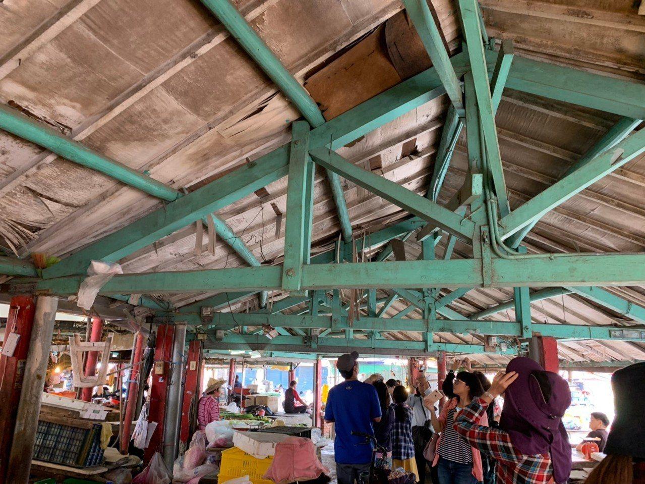 岡山眷村文化協會向學員介紹欣欣市場的木構桁架。記者徐如宜/攝影