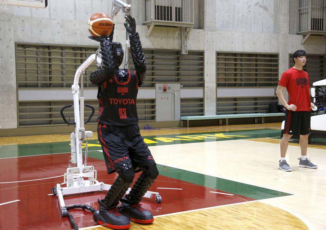 豐田研發的投籃機器人「Cue 3」善於投三分球和罰球。美聯社