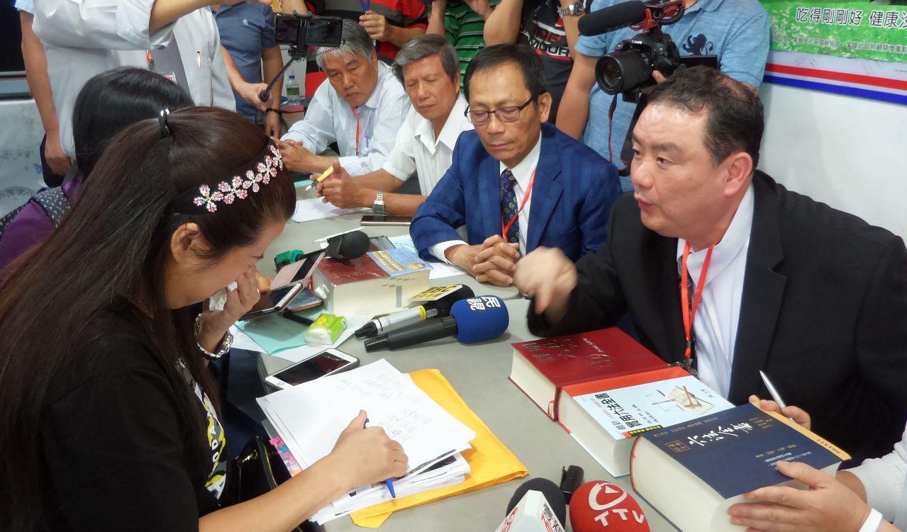 劉承武(右)提及希望董家的遭遇讓台灣建立「新明文天賦天權」,讓每個被害人的被害都...