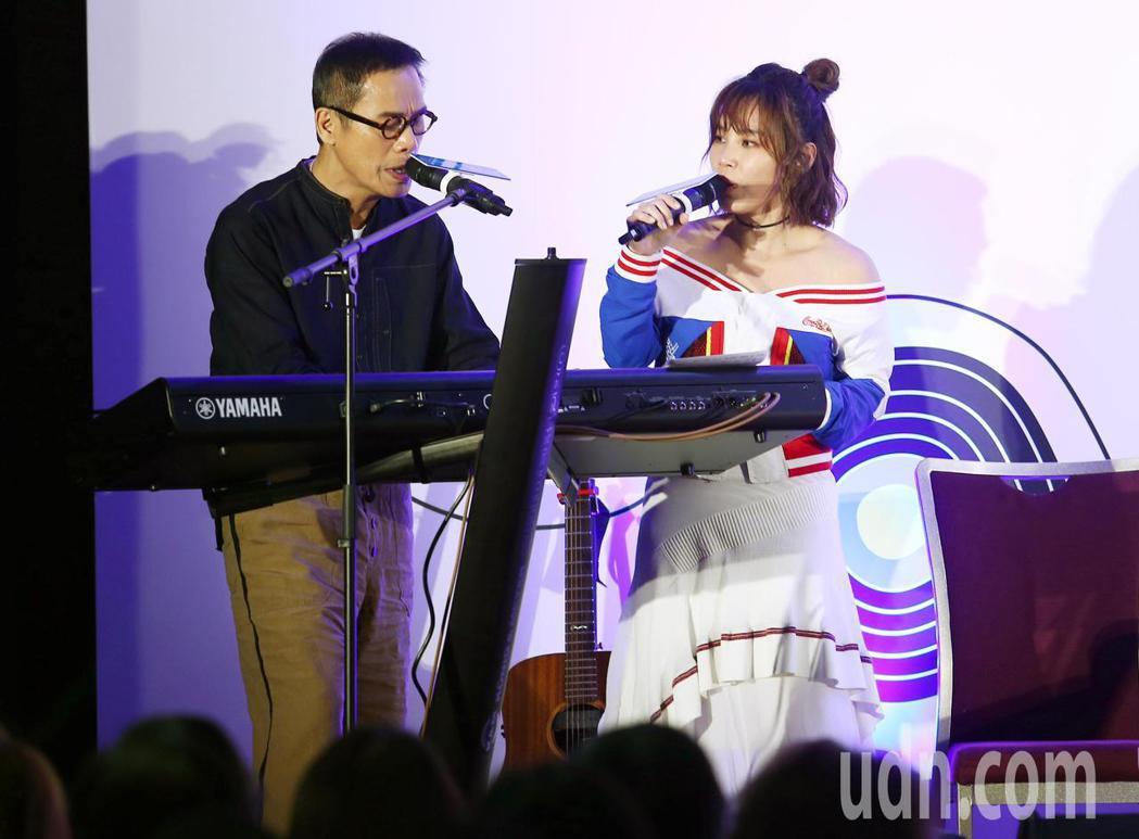 羅大佑(左)與李佳薇(右)在現場一同演唱電影名曲《滾滾紅塵》。記者杜建重/攝影