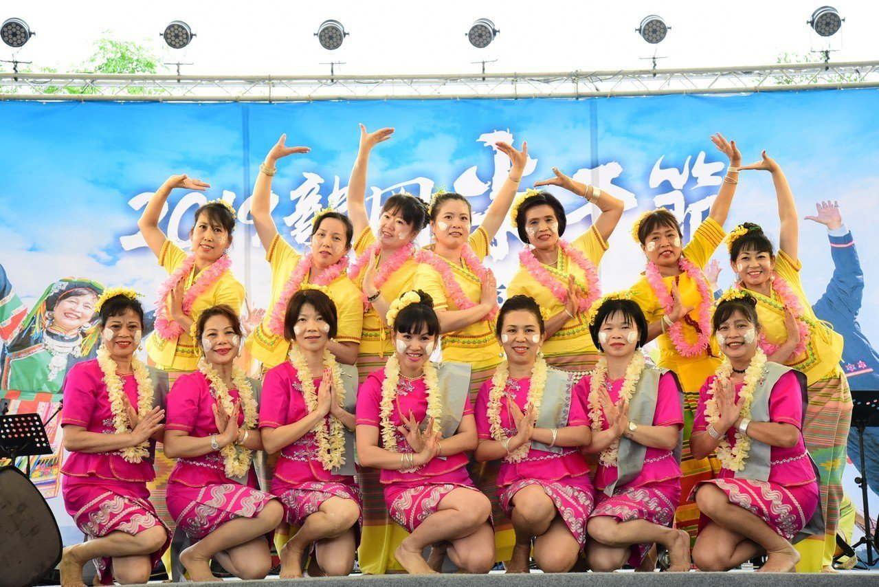 2019龍岡米干節今辦潑水節水花祈福活動,表演者在台上為自己留下美麗的記憶。圖/...