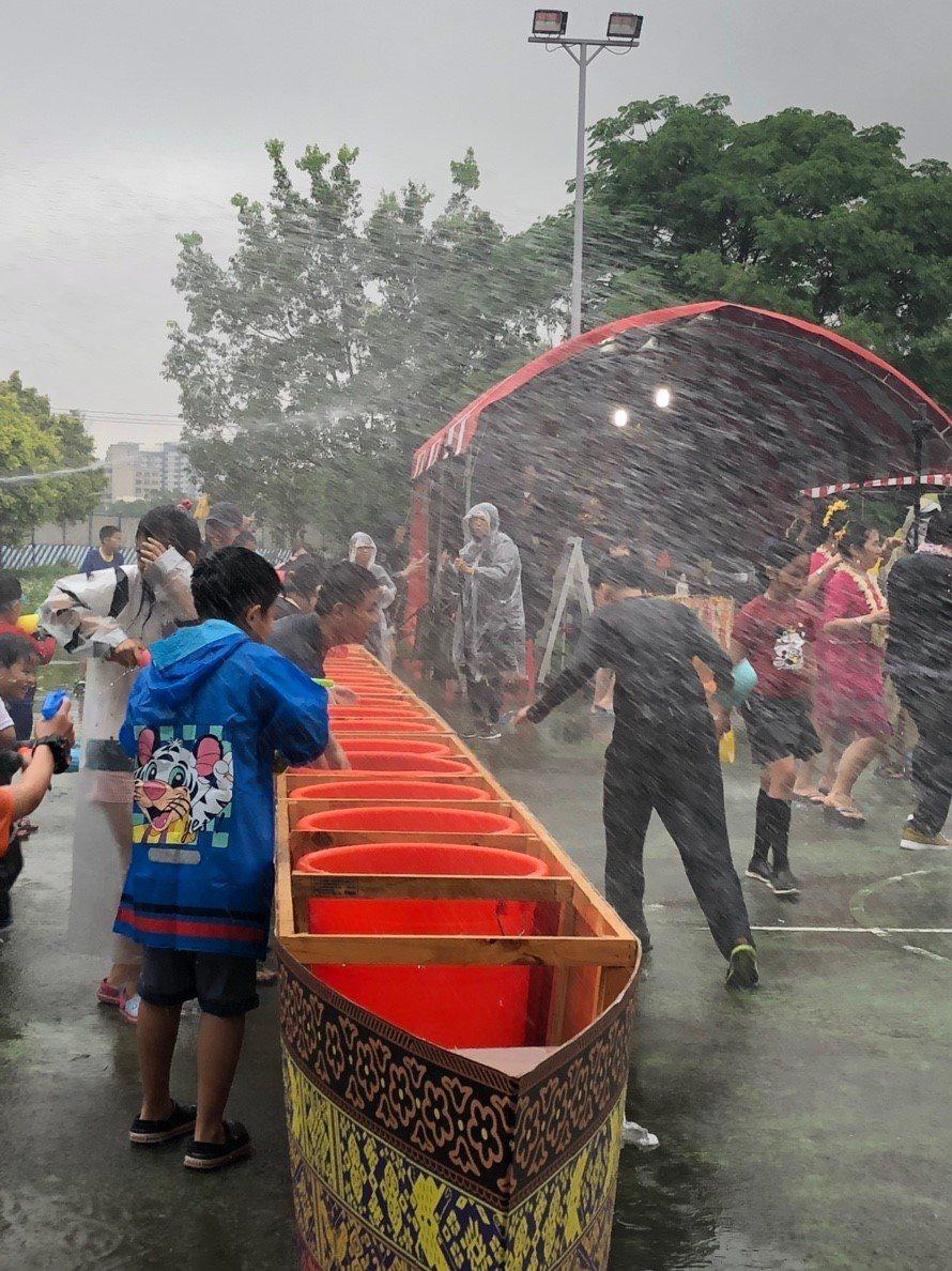 今年龍岡米干節合雲南3大節慶,潑水節今天率先登場,會場多個大水桶讓大家潑水除厄運...