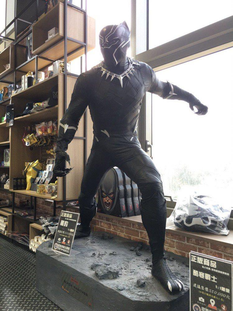 真人比例的「黑豹」雕像進駐影城。圖/哈拉影城提供
