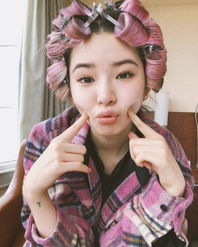 Irene Kim身穿We11Done格紋上衣,售價26,900元。圖/取自IG