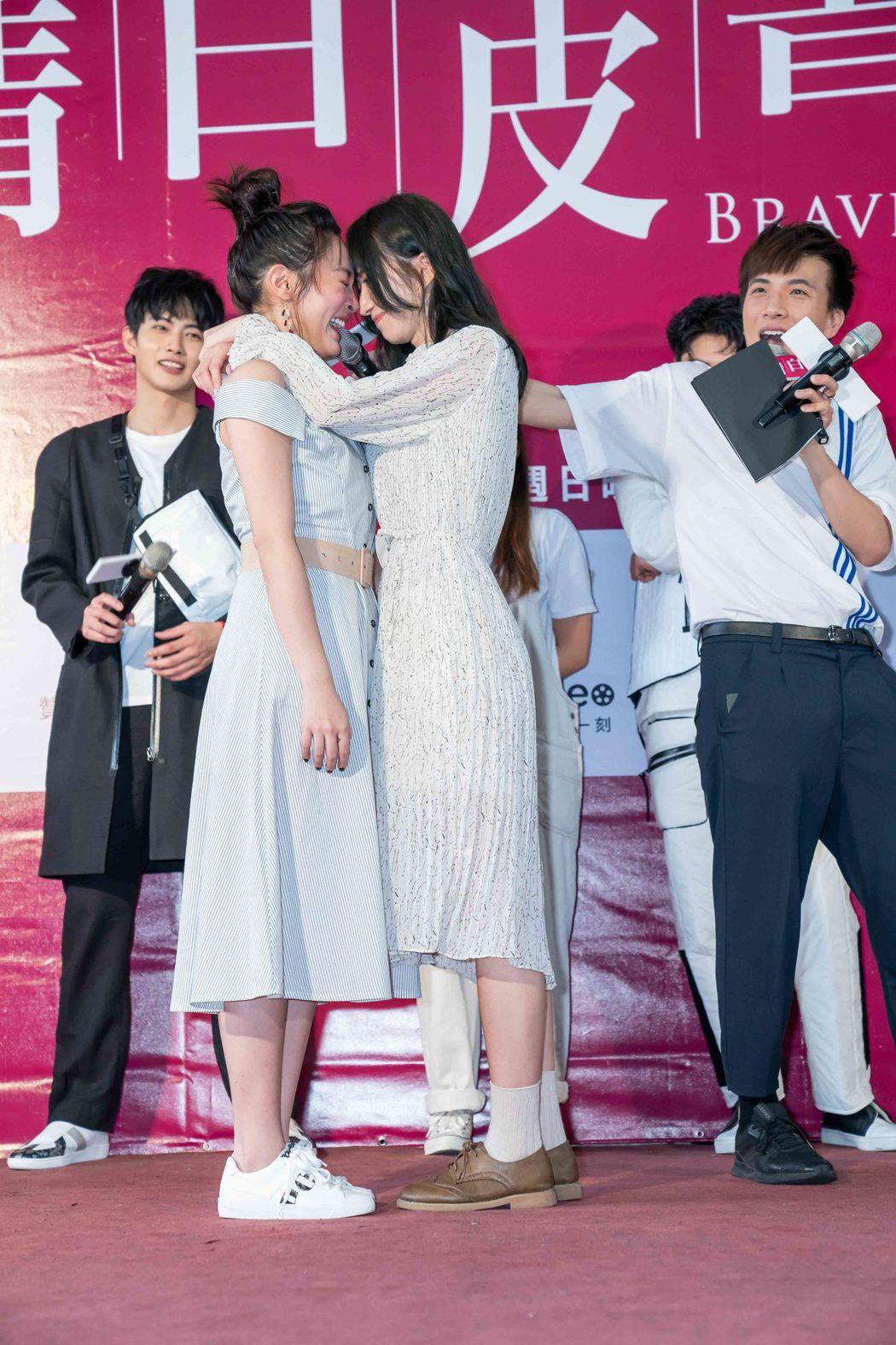謝翔雅(左)撩王淨,2人笑得開心。圖/東森提供