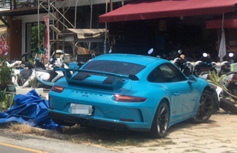 1輛新款保時捷跑車911 GT3,今天中午行經台26線墾丁南灣南下路段時,疑行車...