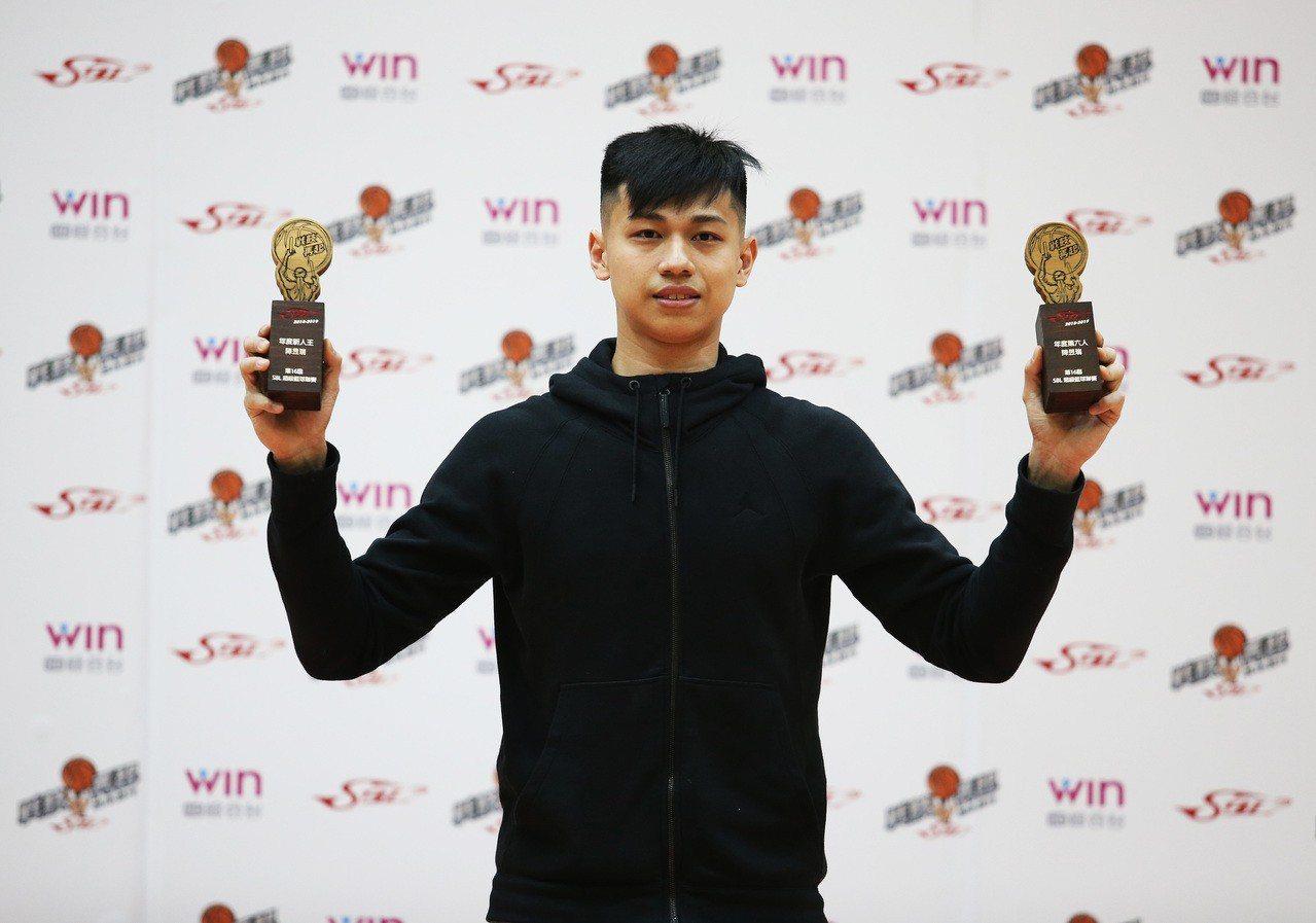 台銀菜鳥陳昱瑞囊括最佳新人、第六人。圖/中華籃球協會提供