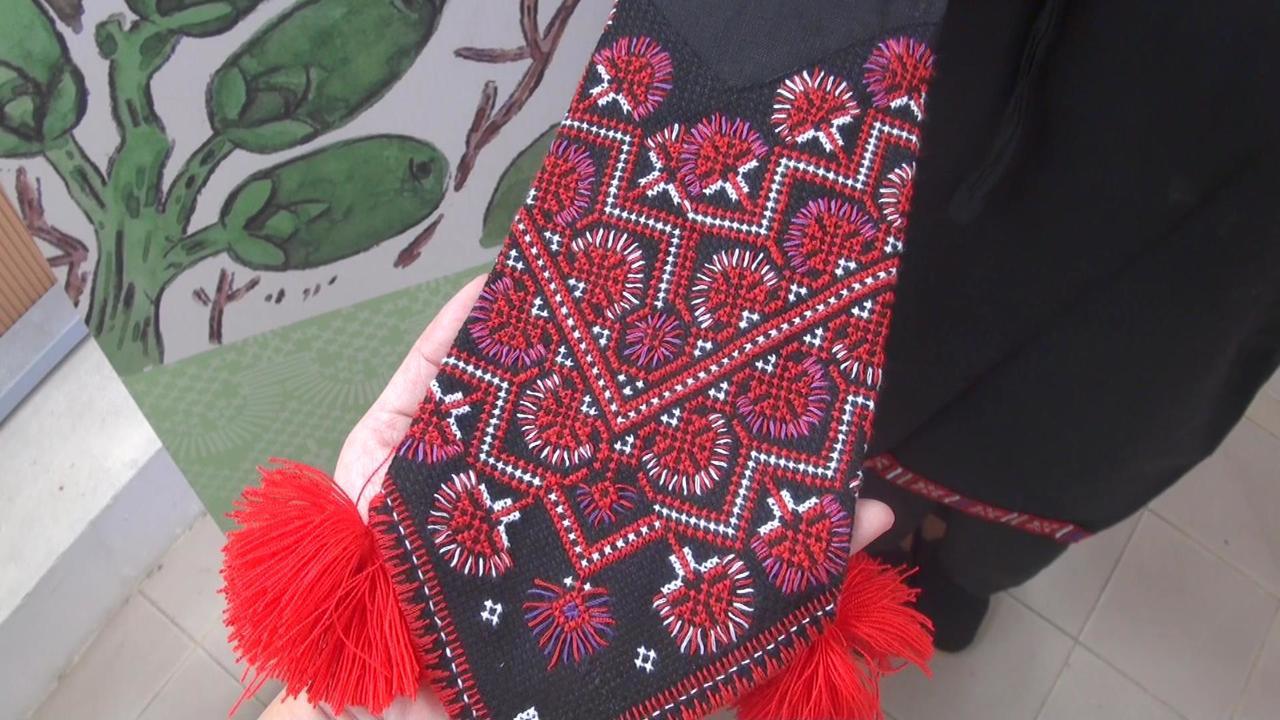 小林村特產「雞角刺」,也成為服飾上的花紋。記者王昭月/攝影