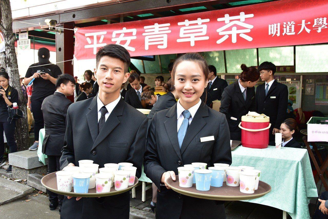 大甲媽祖回鑾,第11年遶進到明道大學校園,餐旅系學生準備平安青茶讓信眾飲用。照片...