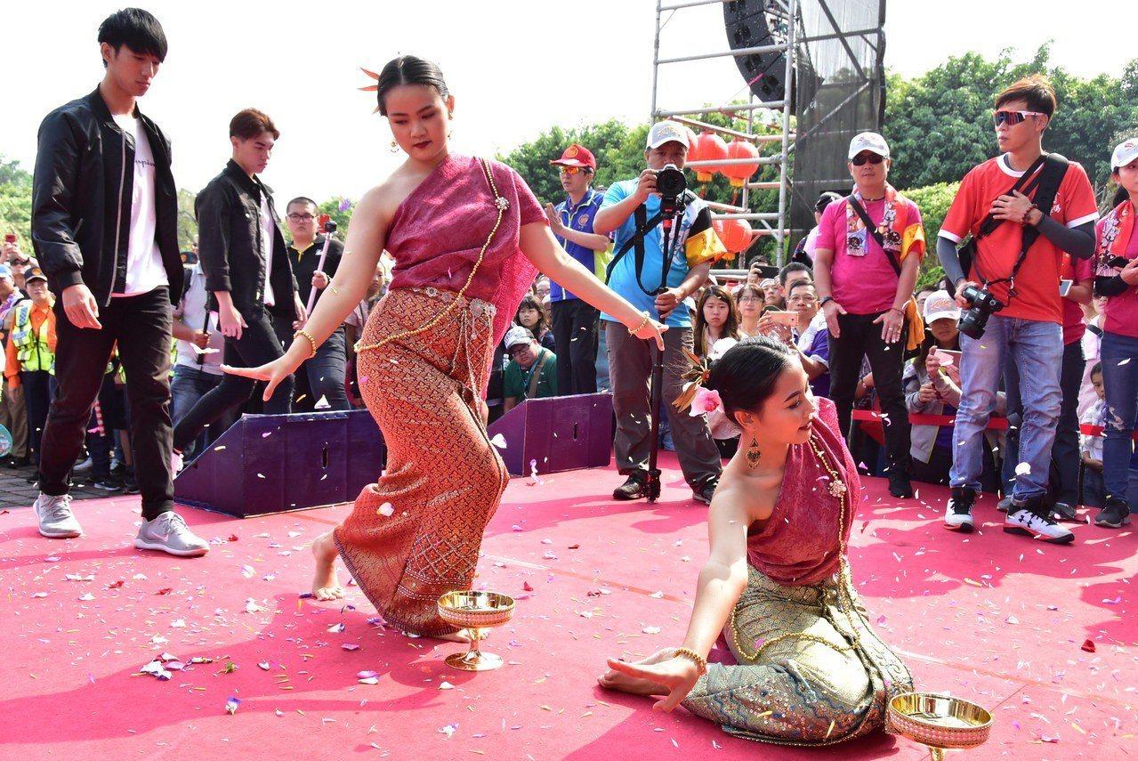 明道大學泰國籍學生穿上泰國傳統服飾,表演南旺舞傳遞敬神祝福之意。照片/明道大學提...