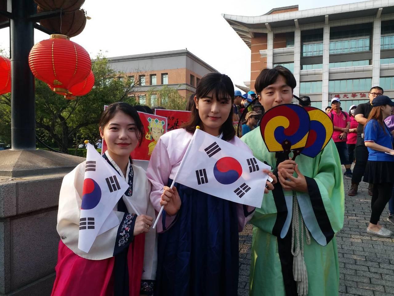 明道大學南韓外籍學生穿上南韓國服,迎接大甲媽鑾轎進入校園賜福。照片/明道大學提供
