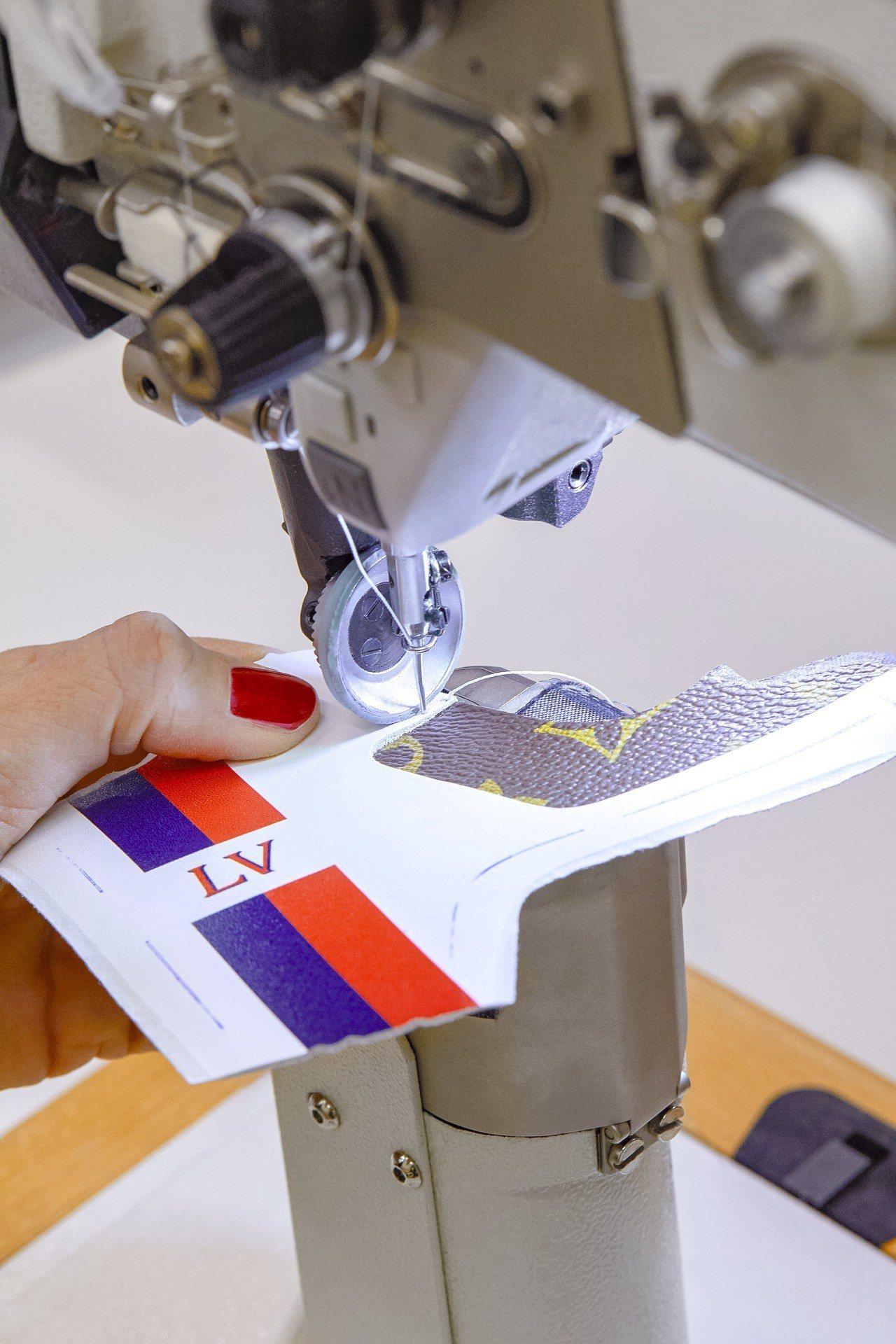 將不同鞋片手工縫製組合。圖/LV提供