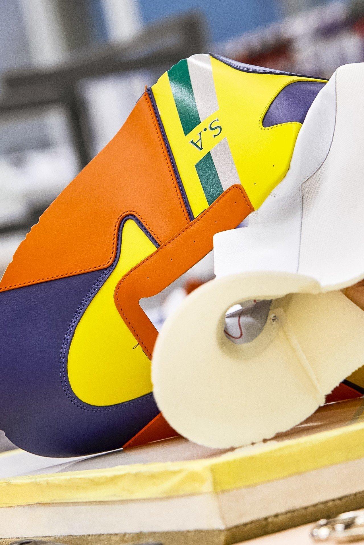 縫合球鞋的鞋面與內裡。圖/LV提供