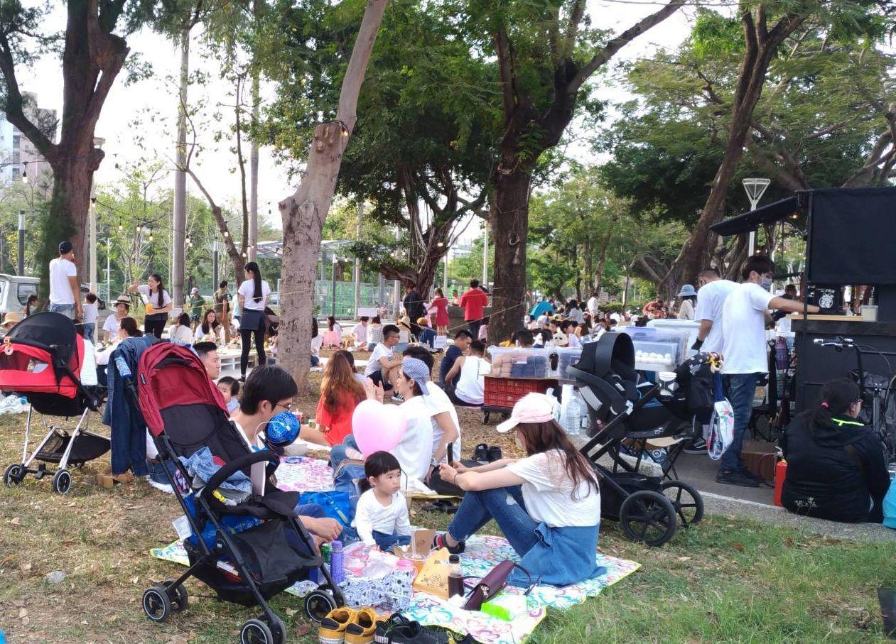 高市觀光局在愛河畔規畫2天的愛河野餐派對,民眾可和家人、好友坐在草地上、樹蔭下輕...
