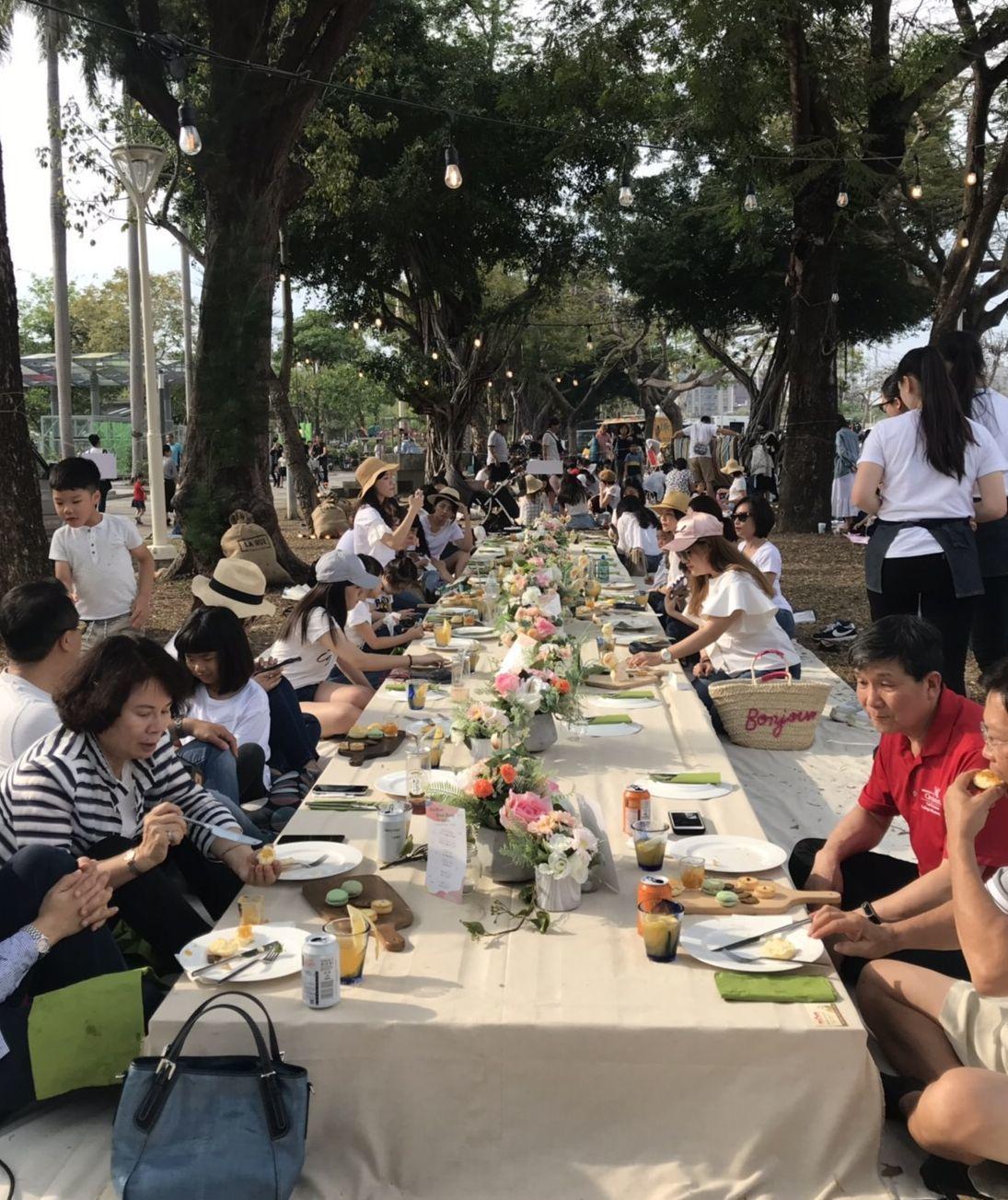 高市觀光局在愛河畔規畫愛河野餐派對,還 排了桌椅讓民眾坐下來吃吃點心、喝喝咖啡。...