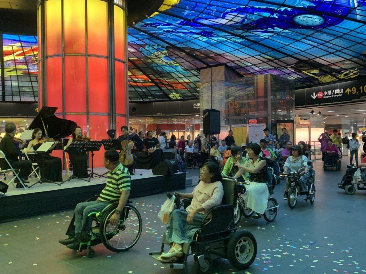 知名大提琴家張正傑和4位音樂家今天在高雄市捷運美麗島站光之穹頂為輪椅族舉辦一場弦...