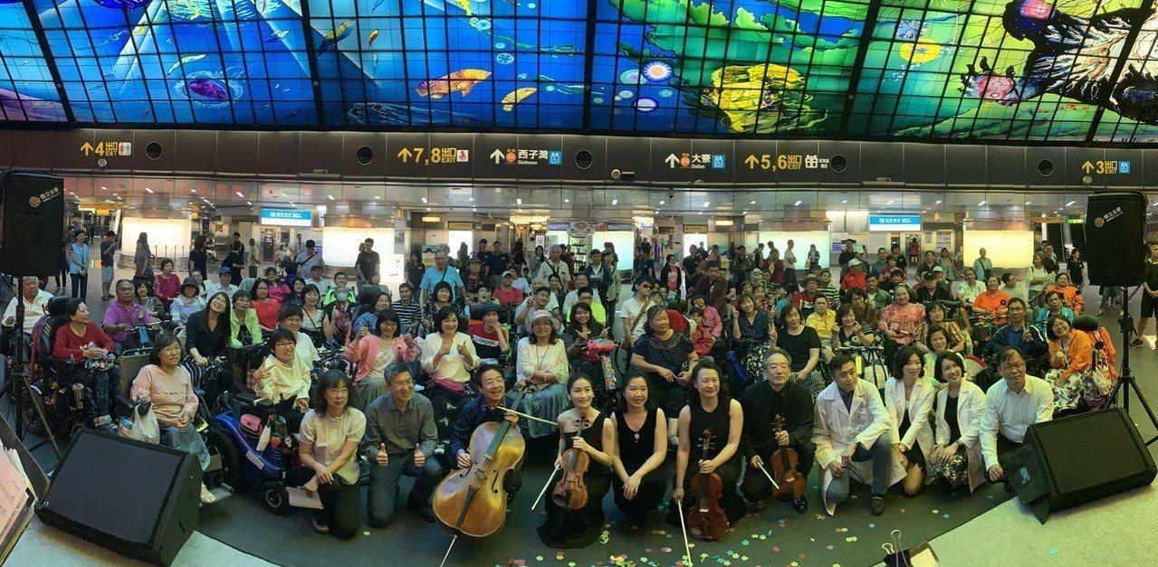 知名大提琴家張正傑今和4位音樂家在高雄市捷運美麗島站光之穹頂舉辦輪椅族音樂會。圖...