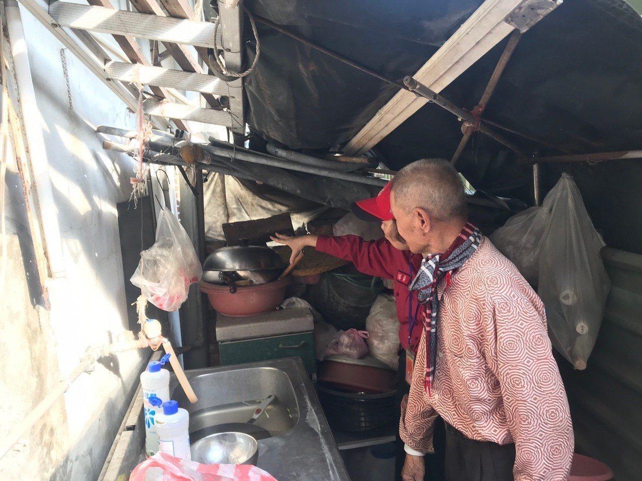 有些民眾會將住宅後門封死或者堆積廚具、家具等雜物,嚴重阻礙逃生。記者劉星君/翻攝