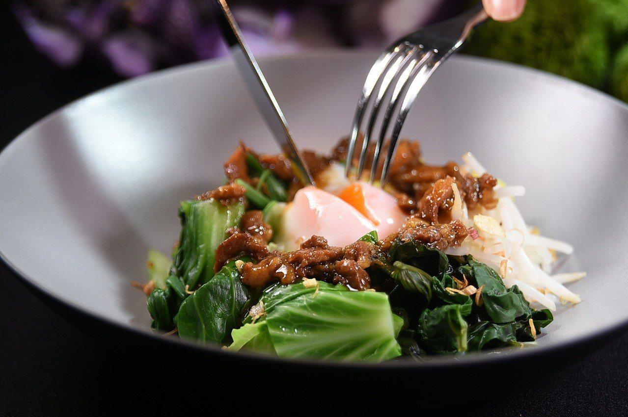 晶華肉燥變豐富了,圖為肉燥、溫時蔬、溫泉蛋、炸米。圖/晶華酒店集團提供