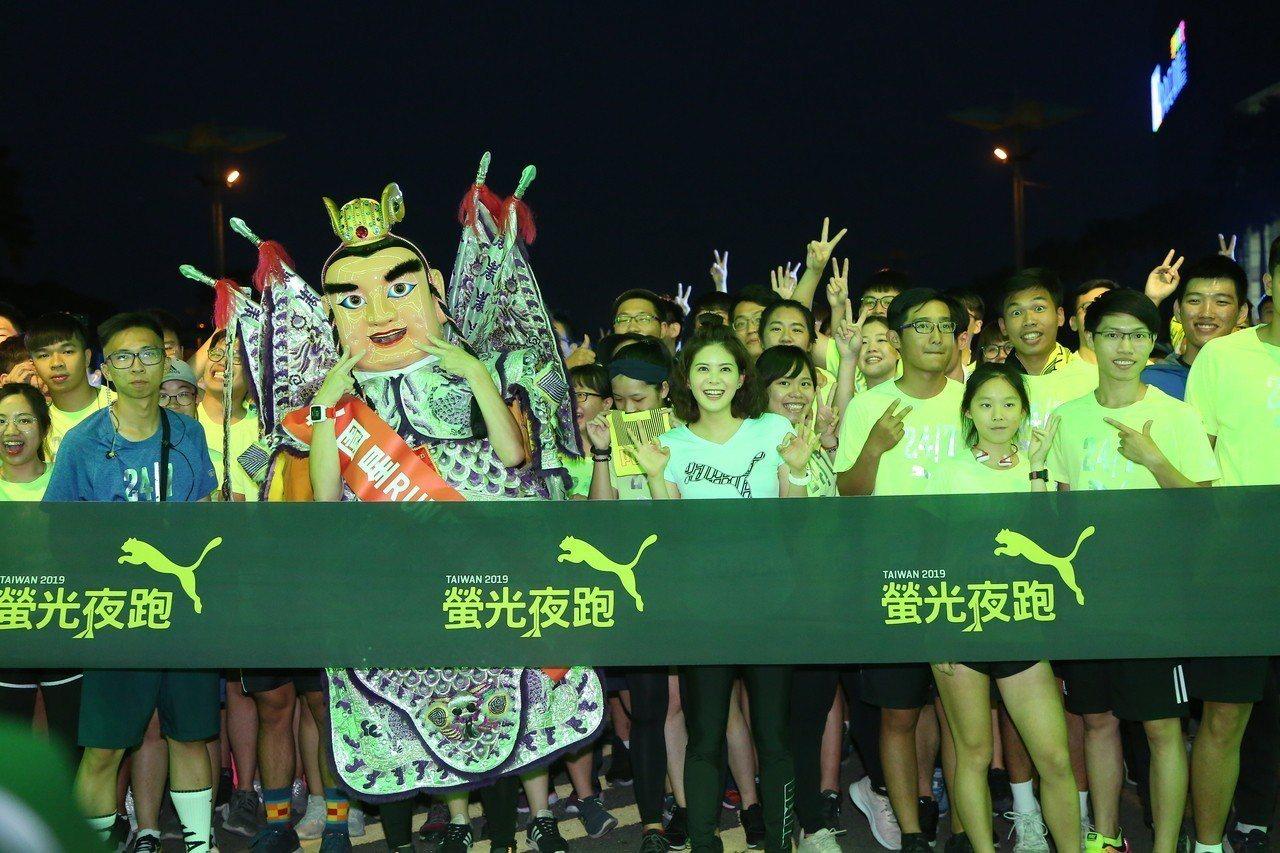 吉雷米三太子造型驚喜登場,與林柏妤一同領跑5K校園星Run組。圖/PUMA提供