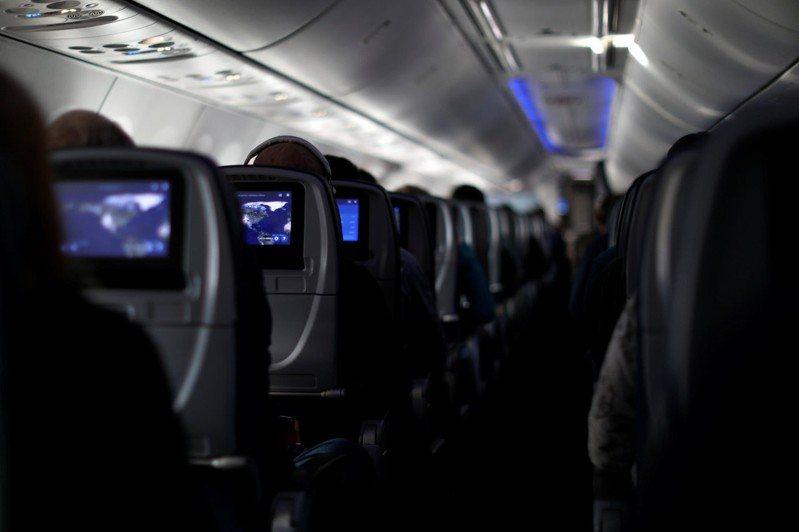 許多人害怕飛機艙內人群密集、密閉空間會成為病毒的溫床,但對此航空專家則表示機艙內的空氣其實和手術室一樣乾淨。(路透)