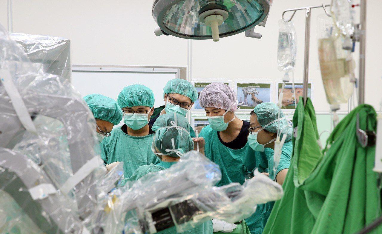 明明向病人收取20多萬元達文西手術費用,卻又向健保申報腹腔鏡手術,衛福部健保署分...