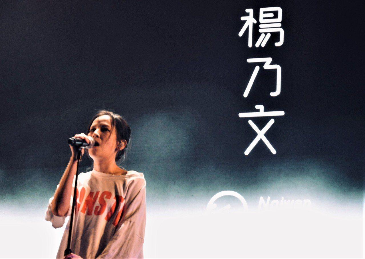 楊乃文壓軸演唱經典的《Silence》、《Monster》、《女爵》,讓粉絲嗨翻...