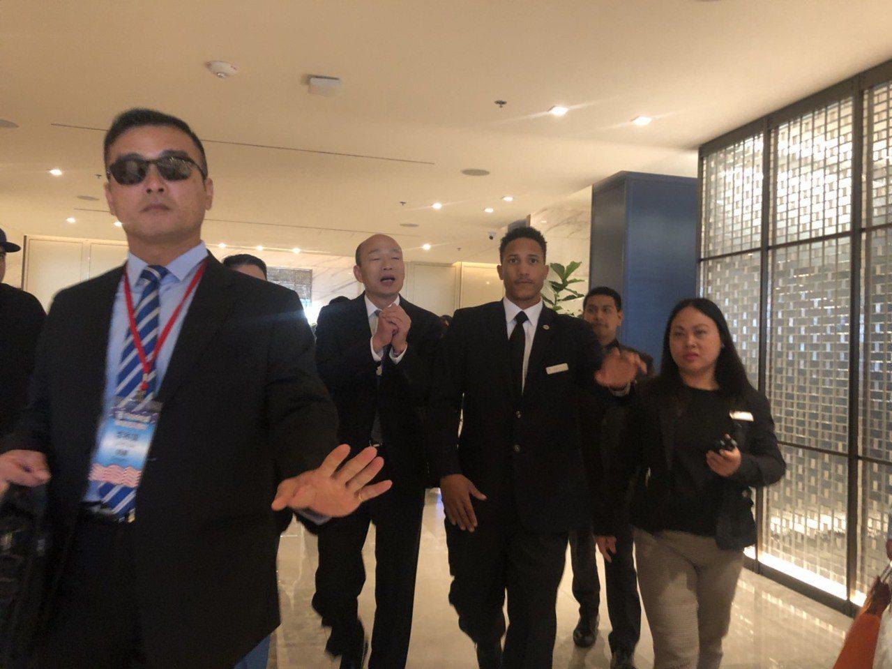 高雄市長韓國瑜轉往美國洛杉磯參訪,美西時間13日上午8時許步出飯店,前往參訪當地...