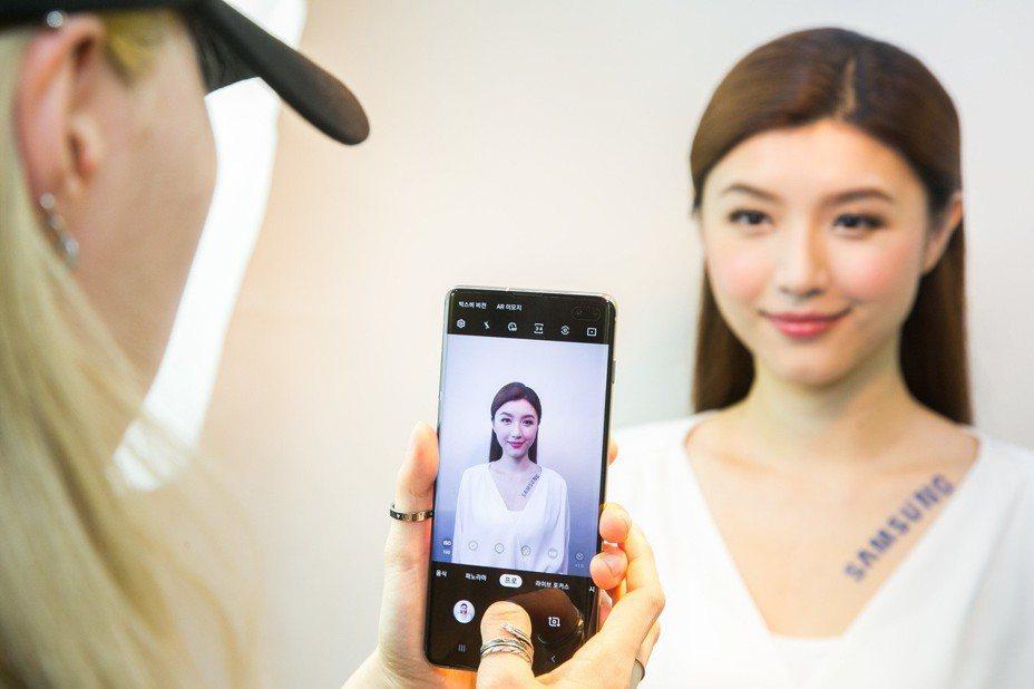 韓國弘大知名Studio Photobi攝影團隊使用Galaxy S10系列幫體驗者拍攝證件照。圖/三星提供
