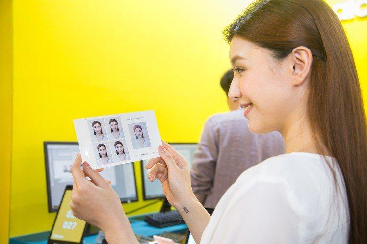 完成指定打卡任務,就能現場領取絕美韓系證件照。圖/三星提供