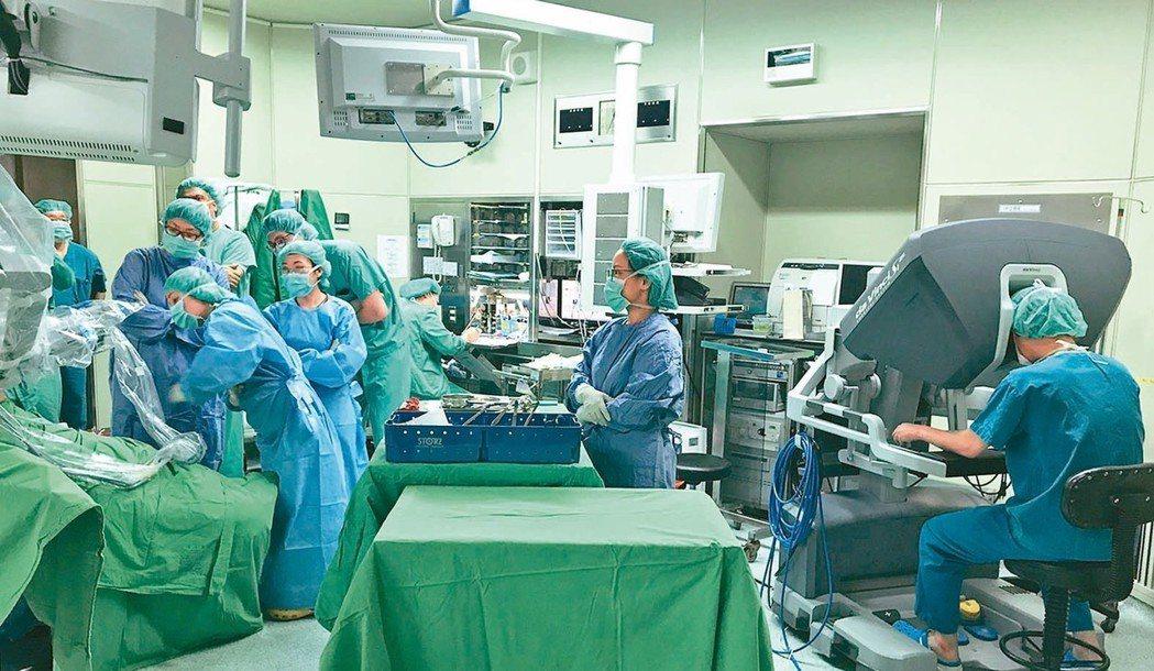 一台達文西機器手術儀器造價上億元,一年維護成本高達五、六百萬元,維持不易,臨床醫...