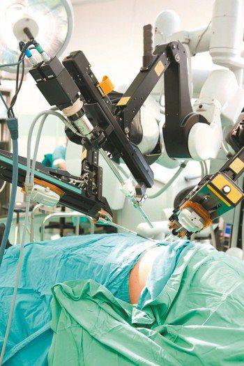 衛福部健保署分析大數據發現,有醫院向病人收取廿多萬元達文西手術費用,卻又向健保申...