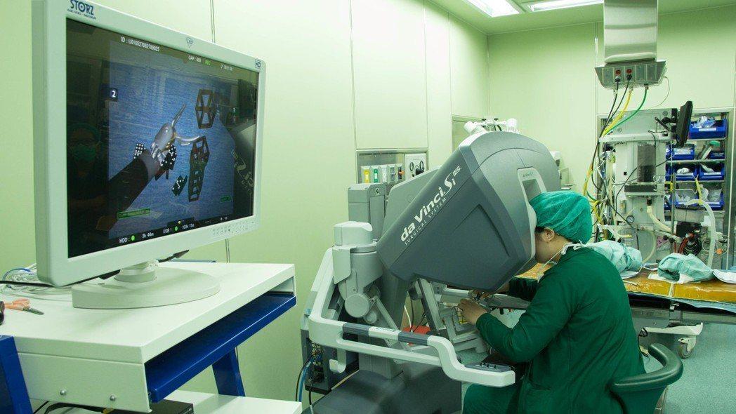 三軍總醫院婦產科手術室進行達文西手臂操作情形。圖/聯合報系資料照片