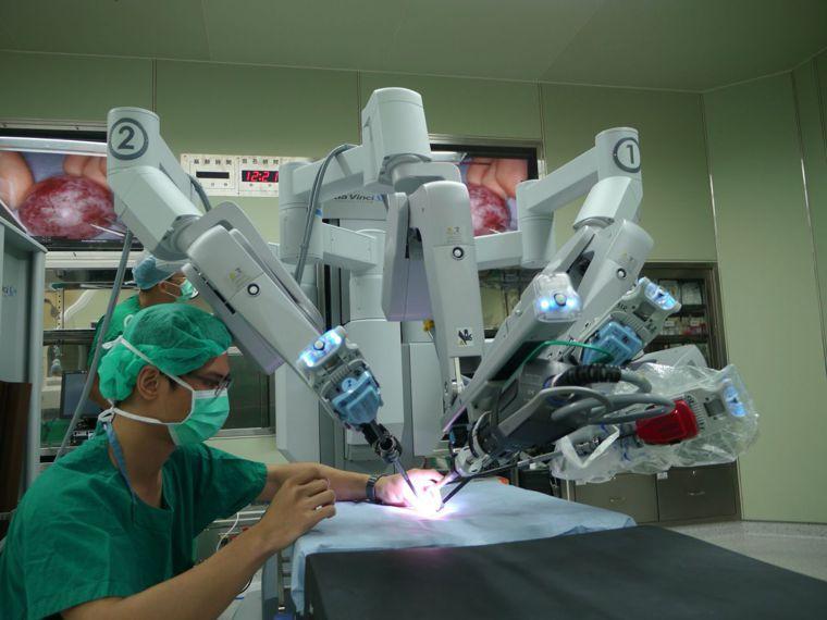 達文西手臂應用在腹部骨盆重建手術,適合對象為子宮或陰道頂端明顯脫垂的患者。圖/聯...