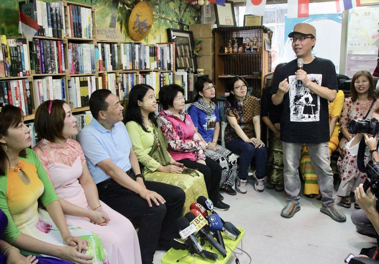 新北市長侯友宜(左三)在去年參選期間,曾到中和東南亞主題書店燦爛時光,與新住民姊...